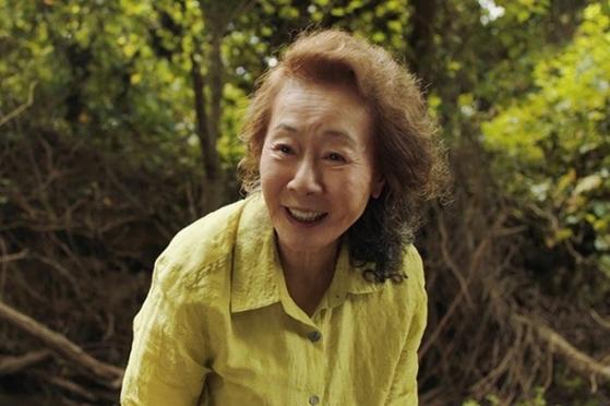 영화 '미나리' 에서 할머니 순자 역을 연기하는 윤여정. [사진 판씨네마]
