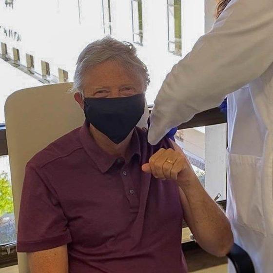 """빌 게이츠는 지난 22일(현지시간) 트위터로 """"65살이 되면 받는 혜택 중 하나는 코로나19 백신을 맞을 자격이 생긴다는 것""""이라면서 이번 주 중 1차 접종을 마쳤다고 밝혔다. [빌 게이츠 트위터 캡처=연합뉴스]"""