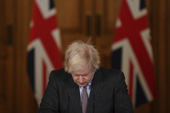 """영국 총리가 """"내가 최선을 다했다""""고 사과하지만 전문가들은 """"실패는 정부 탓으로 돌린다"""""""