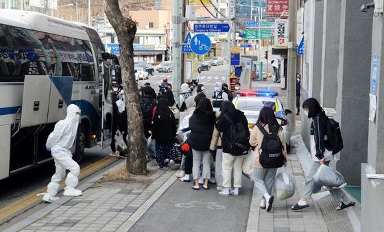 학생과 교사 등 133명이 집단으로 코로나19에 감염된 대전 IEM국제학교에서 학생들이 생활치료센터로 입소하기 위해 버스에 탑승하고 있다. 프리랜서 김성태