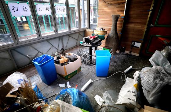 지난 14일 서울 용산구 이태원의 한 폐업한 가게 창문에 '장사하고 싶다'는 종이가 붙어 있는 모습. [뉴스1]