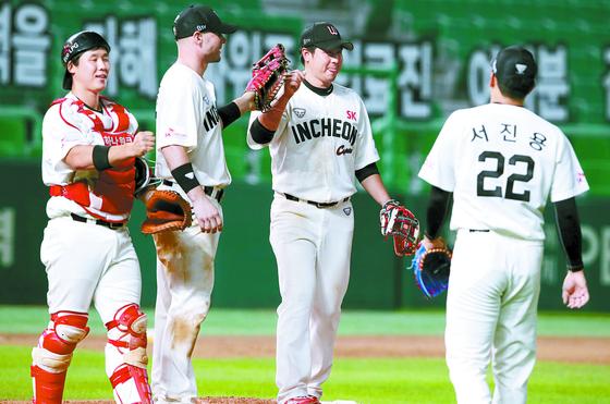 지난해 7월 홈경기에서 승리한 뒤 기뻐하는 SK 선수들. 유니폼 중앙에는 '인천'이 적혀있다. [뉴스1]