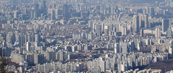 올해 종부세 강화로 2주택자 세금이 급등할 것으로 예상되면서 매도 고민이 깊어지고 있다. 사진은 서울 시내 아파트 모습. [뉴스1]