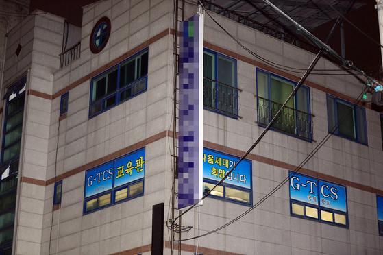 26일 오후 9시 기준 광주 광산구 소재 TCS국제학교 관련 확진자 100명이 신종 코로나바이러스 감염증(코로나19) 확진 판정을 받았다. 사진은 해당 TCS국제학교의 모습. 뉴스1