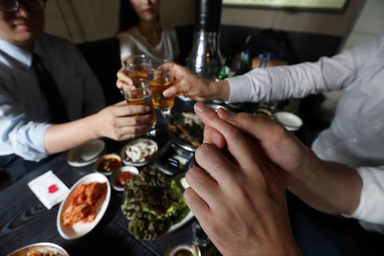 서울 서대문구의 한 고깃집에서 직장인들이 삼겹살에 맥주를 마시고 있다. 중앙포토