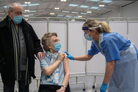 영국에서 고령층에게 아스트라제네카 백신 접종이 이뤄지고 있다. [AFP=연합뉴스]