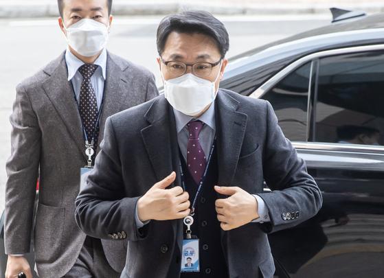 28일 오전 김진욱 고위공직자범죄수사처장이 정부과천청사 공수처 사무실로 출근하고 있다. 연합뉴스