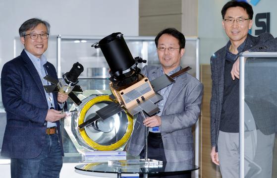 국내 유일 인공위성 시스템 수출기업인 쎄트렉아이의 박성동 이사회 의장과 김병진 미래기술연구소장, 김이을 대표(왼쪽부터)가 27일 오후 대전 쎄트렉아이 연구소에서 모여 본지와 인터뷰 뒤 포즈를 취하고 있다. 이 기업은 지난 1999년 한국과학기술원(KAIST) 인공위성연구센터 출신 인력들이 설립했으며, 우리나라 최초의 위성인 우리별 1호를 비롯한 각종 과학위성을 독자 기술로 개발하는 등 국내 유일의 위성 수출 전문 기업이다. 쎄트렉아이는 최근 한화그룹의 글로벌 방산기업인 한화에어로스페이스가 인수를 마무리중이며, 현 경영진의 독자 경영을 이어나갈 방침이다. 프리랜서 김성태