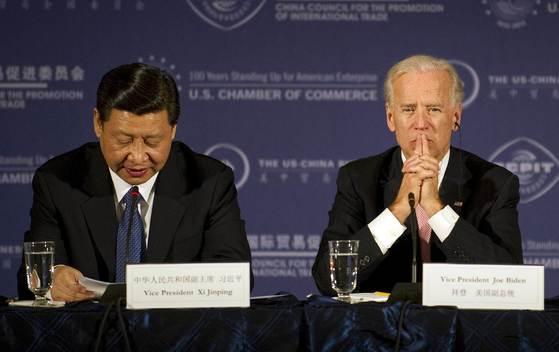 2012년 4월 미 워싱턴 DC의 상공회의소에서 열린 기자회견에서 만난 조 바이든 미국 대통령(오른쪽)과 시진핑 중국 국가주석. [AFP=연합뉴스]