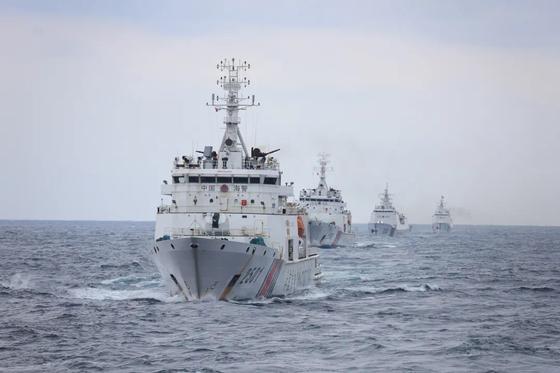 중국 해양경찰국 소속 2501함정을 앞세운 해경 함대가 순항하고 있다. 중국 해경은 공식 위챗(중국판 카카오톡) 계정을 통해 지난 6일 이 사진을 공개했다. 2501함정에 탑재된 76㎜ 속사포가 선명하다. [중국해경 위챗 캡처]