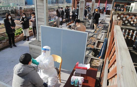 부산 해운대구는 전 직원을 대상으로 27~29일 코로나19 선제검사를 한다. 27일 직원들이 구청사 옥상에서 코로나19 검사를 받고 있다. 송봉근 기자