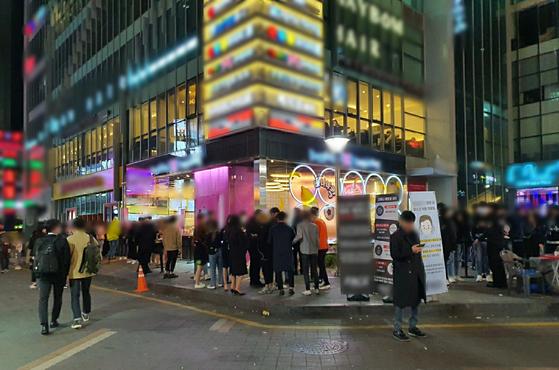 붐비는 강남역 일대 모습. 박현주 기자