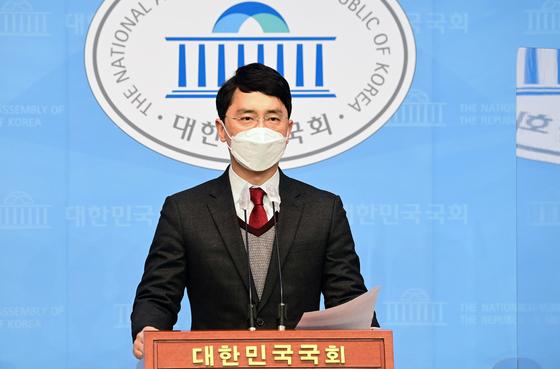 인턴 비서 성폭행 의혹으로 국민의힘을 탈당한 김병욱 무소속 의원이 지난 8일 국회 소통관에서 기자회견을 하고 입장을 밝히고 있다. [뉴스1]