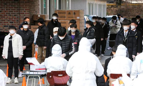 28일 광주광역시 서구의 한 고등학교 재학생이 코로나19 확진 판정을 받아 재학생을 대상으로 전수검사가 이뤄지고 있다. 프리랜서 장정필