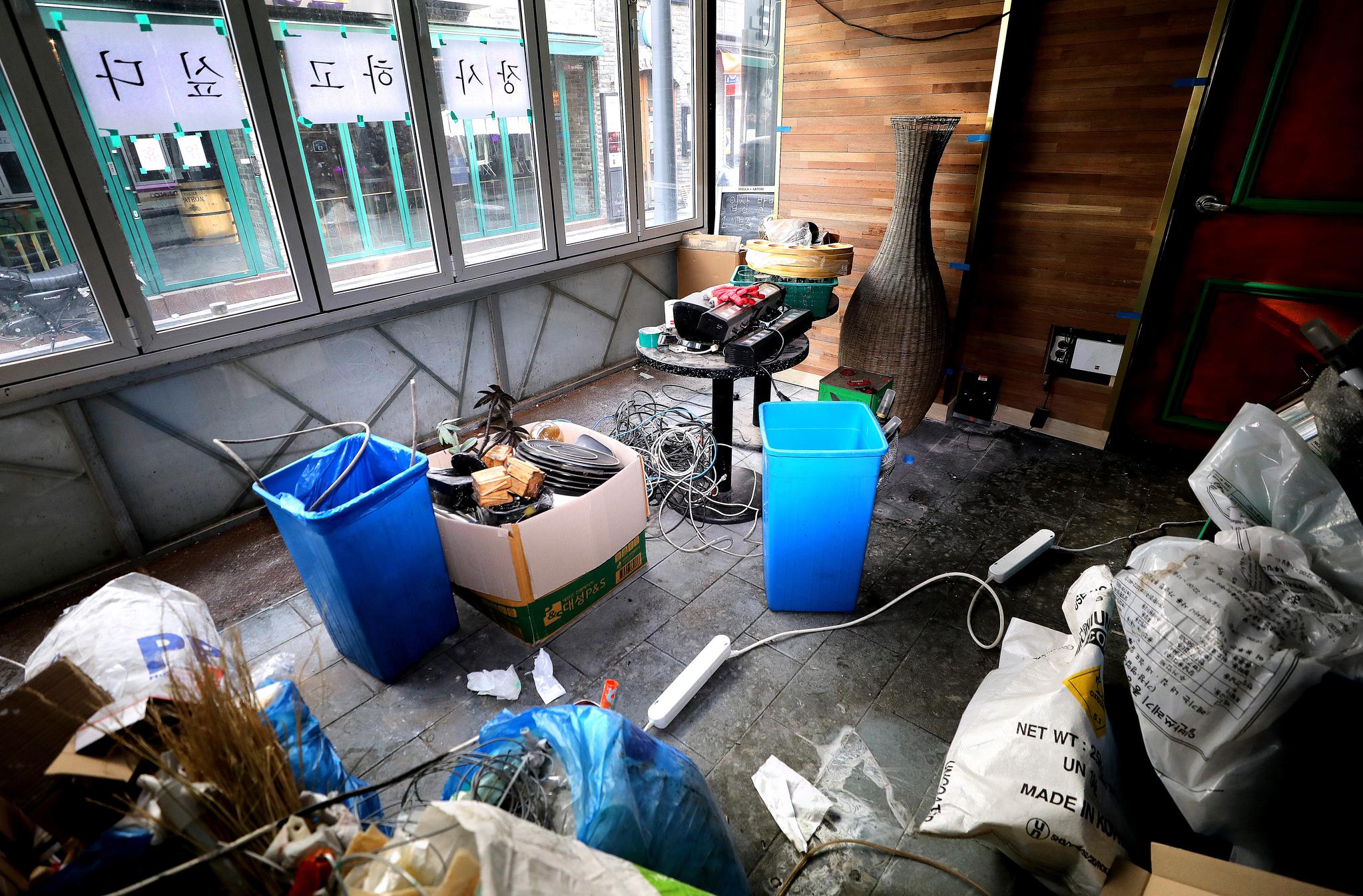 14일 코로나19 타격으로 사실상 폐업절차를 밟고 있는 서울 이태원 가게에 '장사하고 싶다' 가 붙어 있다.뉴스1