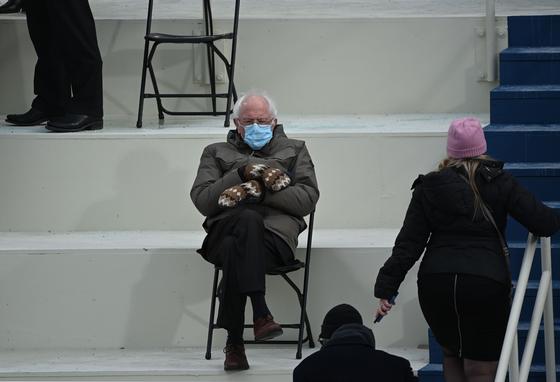 미 상원의원 버니 샌더스가 20일 46대 미 대통령 취임식에 참석했다. 그가 털장갑을 끼고 다리를 꼬고 앉은 사진 한 장이 인터넷을 뜨겁게 달궜다. [AFP=연합뉴스]