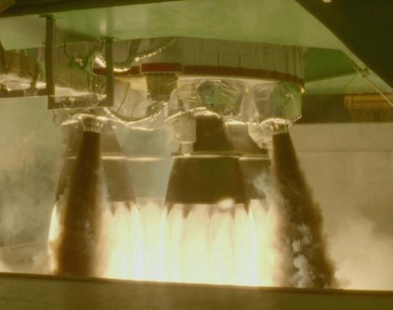 28일 전남 고흥 나로우주센터에서 진행된 75t 액체로켓 엔진 클러스터링 연소시험. 4개의 75t 엔진을 하나로 묶었다. [사진 항공우주연구원]