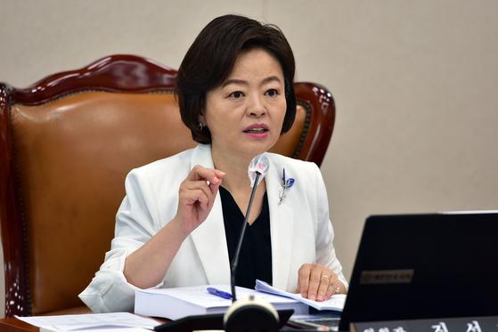 지난해 8월 25일 국회에서 열린 국토교통위원회 전체회의에서 진선미 위원장이 발언을 하고 있다. 오종택 기자