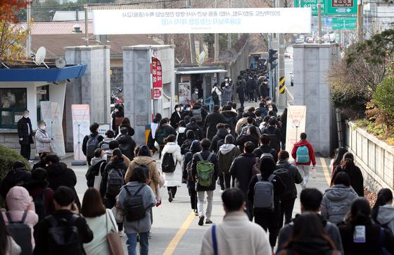 지난해 11월 21일 서울 모 고등학교에서 치러진 중등교사 임용시험 1차 시험을 마친 수험생들이 고사장을 나서고 있다. 본 기사와는 관련 없음. 연합뉴스