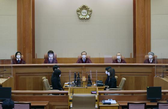 유남석 헌법재판소장과 헌법재판관들이 28일 오후 서울 종로구 헌법재판소 대심판정에서 열린 고위공직자범죄수사처(공수처)에 대해 청구된 헌법소원 심판 사건 선고를 위해 입장해 자리에 앉아있다. 헌재는 이날 공수처법은 합헌이라고 판결했다. 뉴스1