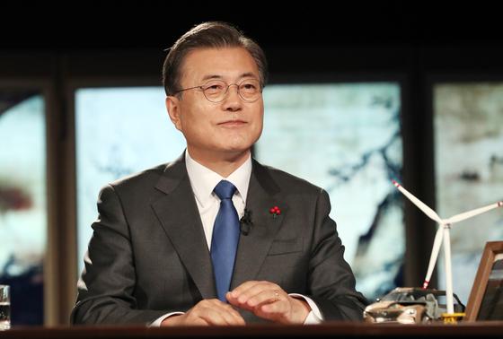 문재인 대통령이 27일 오후 청와대에서 화상으로 열린 2021 세계경제포럼(WEF) 한국정상 특별연설에 참석, 경제일반에 대한 질문을 듣고 있다. 연합뉴스