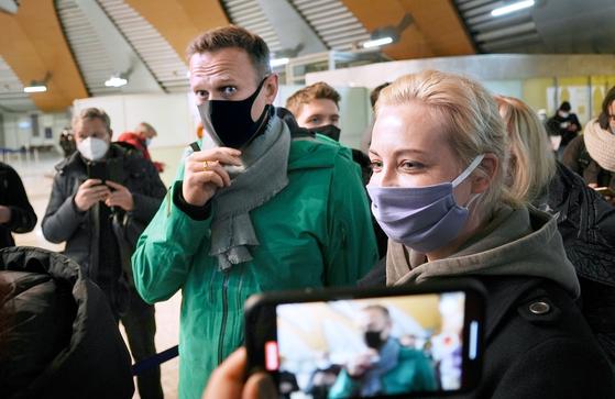 '푸틴의 정적' 알렉세이 나발니(가운데)와 부인 율리아가 지난 17일(현지시간) 러시아로 귀국하는 모습. [AP=연합뉴스]