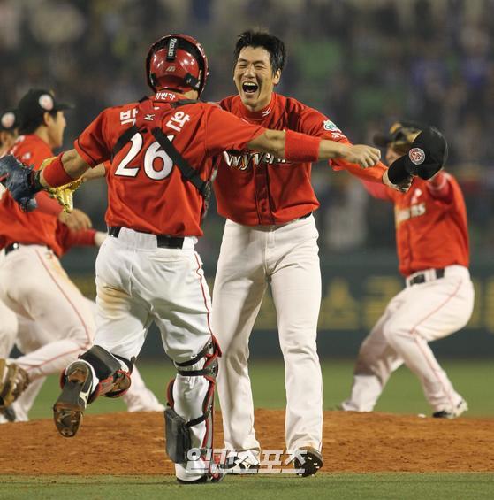 2010년 10월 19일 대구에서 열린 한국시리즈 4차전에서 승리, 우승을 확정하자 마무리로 나선 SK 투수 김광현이 포수 박경완에게 뛰어가 얼싸안고 있다.