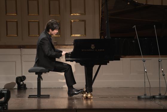 27일 모차르트의 탄생일을 맞아 유럽에서 공개된 피아니스트 조성진의 모차르트 알레그로 초연 모습. [사진 유니버설 뮤직]