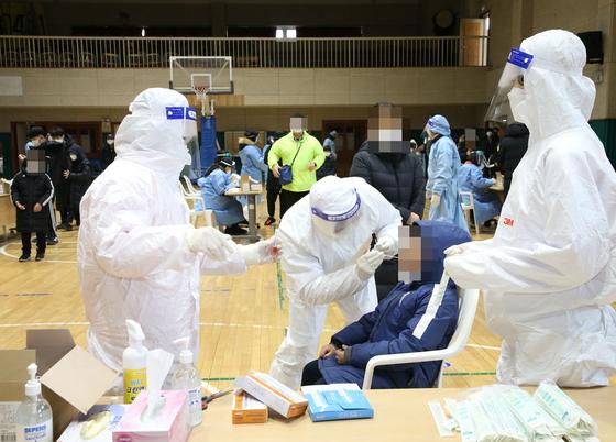 지난 3일 충북 충주의 한 초등학교에서 신종 코로나바이러스감염증(코로나19) 진단 검사가 진행되고 있다. 사진 충주시