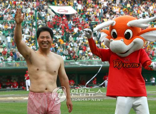 2007년 5월 26일 문학 KIA전. 이만수 당시 수석코치가 팬들에게 약속한 대로 만원관중을 기념해 '팬티 세리머니'를 하고 있다. 연합뉴스 제공