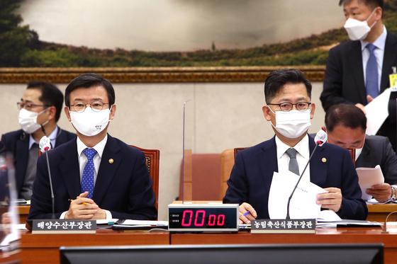 문성혁 해양수산부 장관(왼쪽)과 김현수 농림축산식품부 장관. 중앙포토