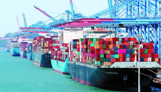 한국은행이 28일 발표한 '2020년 12월 무역지수 및 교역조건'에 따르면 지난해 12월 수출ㆍ수입의 물량과 금액 모두 늘어난 것으로 나타났다.사진은 부산 강서구 부산신항 모습.    연합뉴스