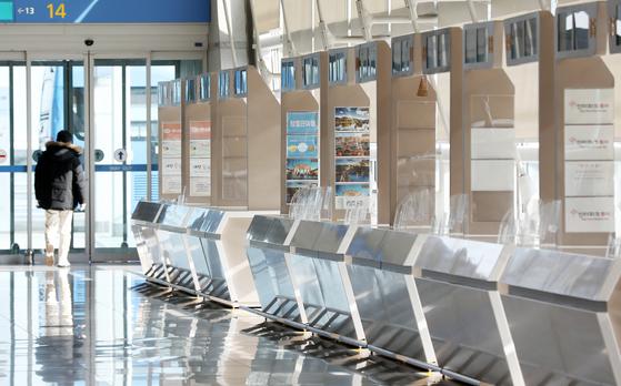 신종 코로나바이러스 감염증(코로나19) 장기화로 인해 여행업계가 구조조정 진통을 앓고 있는 것으로 알려졌다.  25일 인천국제공항 제1여객터미널 출국장 여행사 카운터가 직원 없이 텅 비어 있다.뉴스1