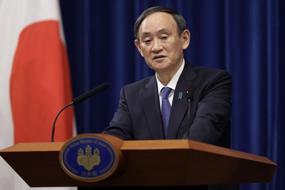 스가 요시히데(菅義偉) 일본 총리가 지난 7일 도쿄 총리관저에서 기자회견을 통해 신종 코로나바이러스 감염증(코로나19) 긴급사태를 선언하고 있다. AP=연합뉴스