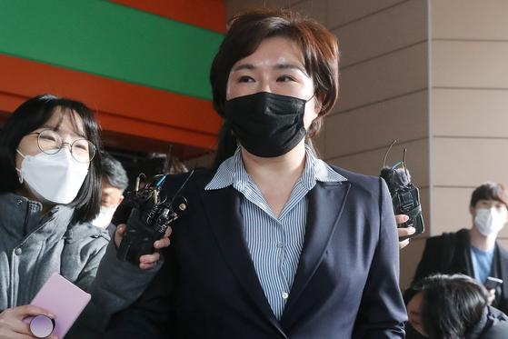 제21대 국회의원 총선거 당시 재산을 축소 신고한 혐의로 벌금 80만원형을 받은 조수진 국민의힘 의원이 27일 오후 서울 마포구 서울서부지방법원을 나서고 있다. 뉴스1