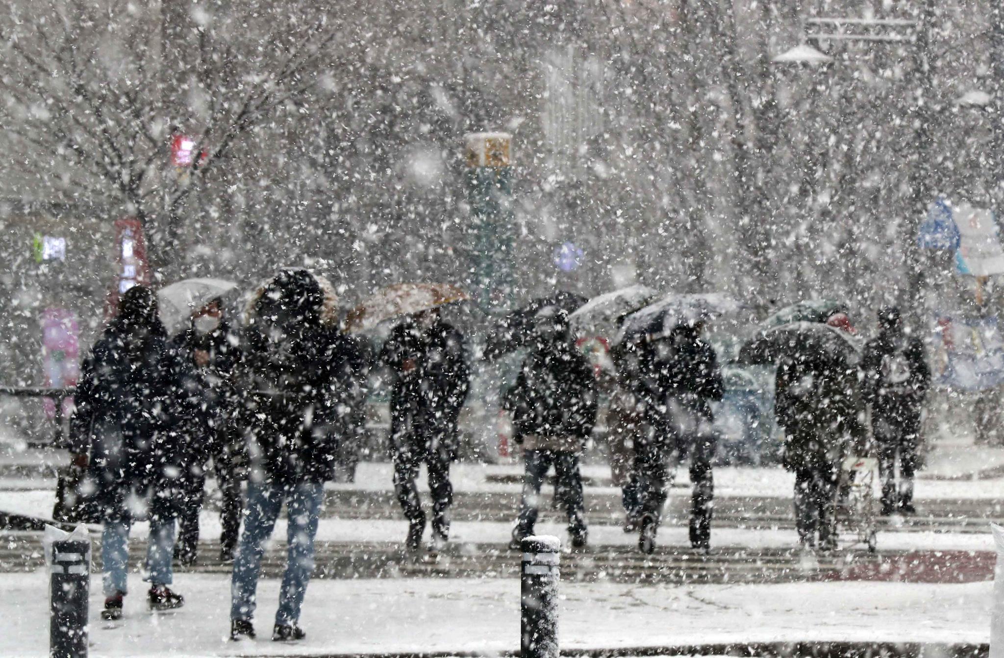 기상청은 28일 오전 8시 서울 전 지역과 경기 북부지역에 대설주의보를 발효했다. 이날 시민들이 눈을 맞으며 세종대로를 걷고 있다. 김상선 기자
