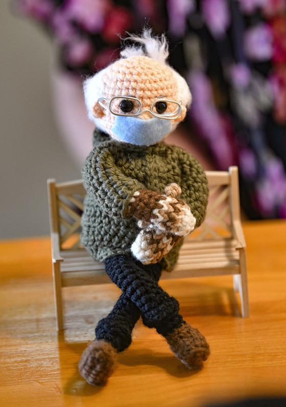 버니 샌더스 의원의 조 바이든 대통령 취임식날 복장을 표현해낸 뜨개질 인형이 지난 26일 온라인 경매 사이트에서 2만300달러에 낙찰됐다. 이 인형을 만든 토비 킹은 열성적인 샌더스 지지자다. [AP=연합뉴스]
