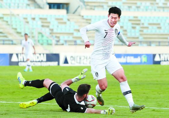 카타르 월드컵 예선이 코로나19 직격탄을 맞았다. 레바논전에서 돌파하는 손흥민. [연합뉴스]