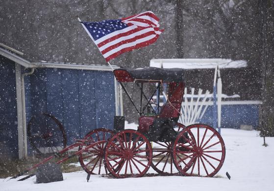 지난 22일 미국 미시간주 워터빌렛의 한 마차에 미국 국기가 걸려있다.[AP=연합뉴스]