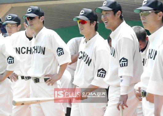 SK 선수들이 1947년 도시대항야구대회에서 우승한 인천군 경기복을 재현한 유니폼을 입고 있다. 연고지인 '인천(INCHEON)'을 가슴에 새겼다.