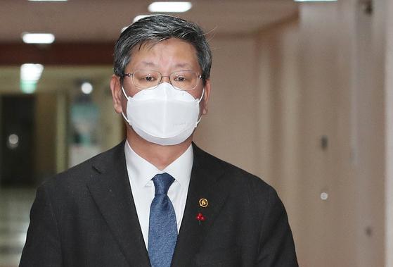 이용구 법무부 차관이 28일 오전 서울 종로구 정부서울청사에서 열린 차관회의에 참석하고 있다. [뉴스1]