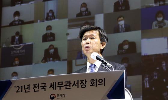 김대지 국세청장이 28일 온라인으로 열린 2021년 전국 세무관서장 회의에서 모두발언하고 있다. 뉴스1