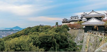 일본 시코쿠의 에히메현은 대도시의 편리함과 소도시의 아기자기함을 동시에 누릴 수 있는 곳으로, 일본 여행의 다양한 로망을 충족시켜 준다. 마쓰야마성 전경. [사진 인페인터글로벌]