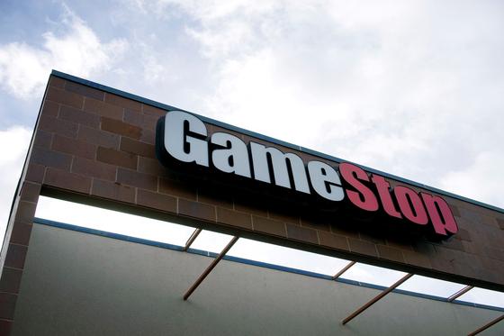 미국 비디오게임 유통업체 '게임스탑'의 주가 폭등으로 수혜를 본 '개미'가 주목을 받고 있다. 사진은 미 콜로라도 주의 한 매장에 '게임스탑' 간판의 모습. 로이터=연합뉴스