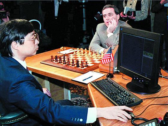체스 세계챔피언 가리 카스파로프는 인간vs컴퓨터간 체스대회에 나서기도 했다.중앙포토