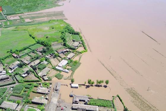 지난해 8월 연이은 태풍과 폭우로 북한의 곡창지대인 황해북도 농지가 물에 잠겼다. [연합뉴스]