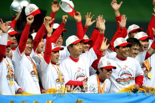 SK가 2007년 10월 29일 두산을 4승 2패로 꺾고 창단 첫 한국시리즈 우승을 차지했다. 김성근 감독과 선수들이 팬들에게 손을 흔들어 보이고 있다.