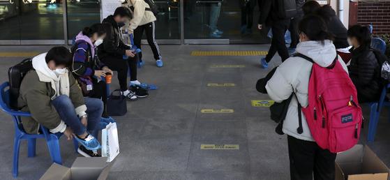 중등교사 임용시험이 실시된 지난해 11월 21일 수험생들이 울산 한 중학교에 마련된 고사장에 들어가기 전 비닐봉투로 신발을 감싸고 있다. 본 기사와는 관련 없음. 뉴스1