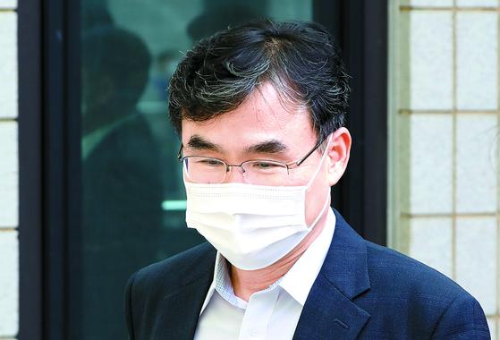 검찰 내부 망에서 '라임 사태에 대한 입장'의 글을 통해 사의를 표명한 박순철 서울남부지방검찰청장이 지난해 10월 청사에서 점심식사 후 이동하고 있다.뉴시스
