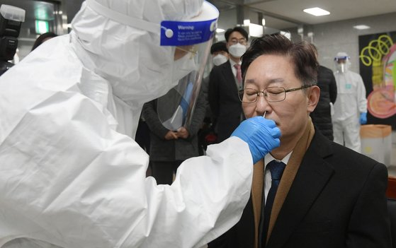 박범계 신임 법무부 장관이 28일 신종 코로나바이러스 감염증(코로나19) 집단감염 사태가 발생한 서울동부구치소를 방문해 신속항원검사를 받고 있다. 연합뉴스